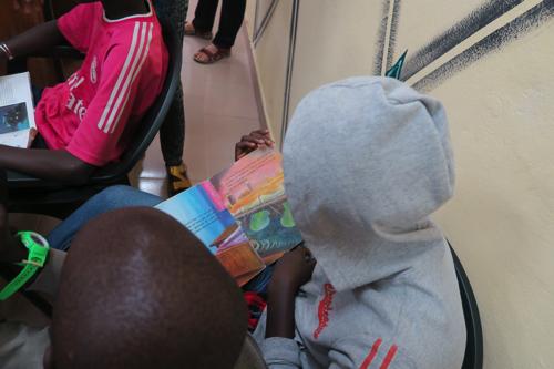 地域図書館で読書する子